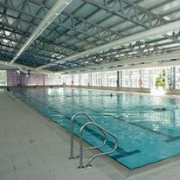 Piscinas al aire libre centros deportivos con recintos de for Piscina hortaleza