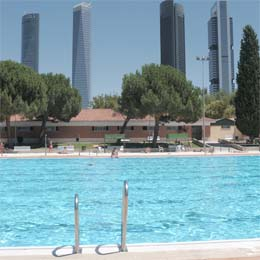 Piscinas al aire libre centros deportivos con recintos de for Piscinas verano madrid