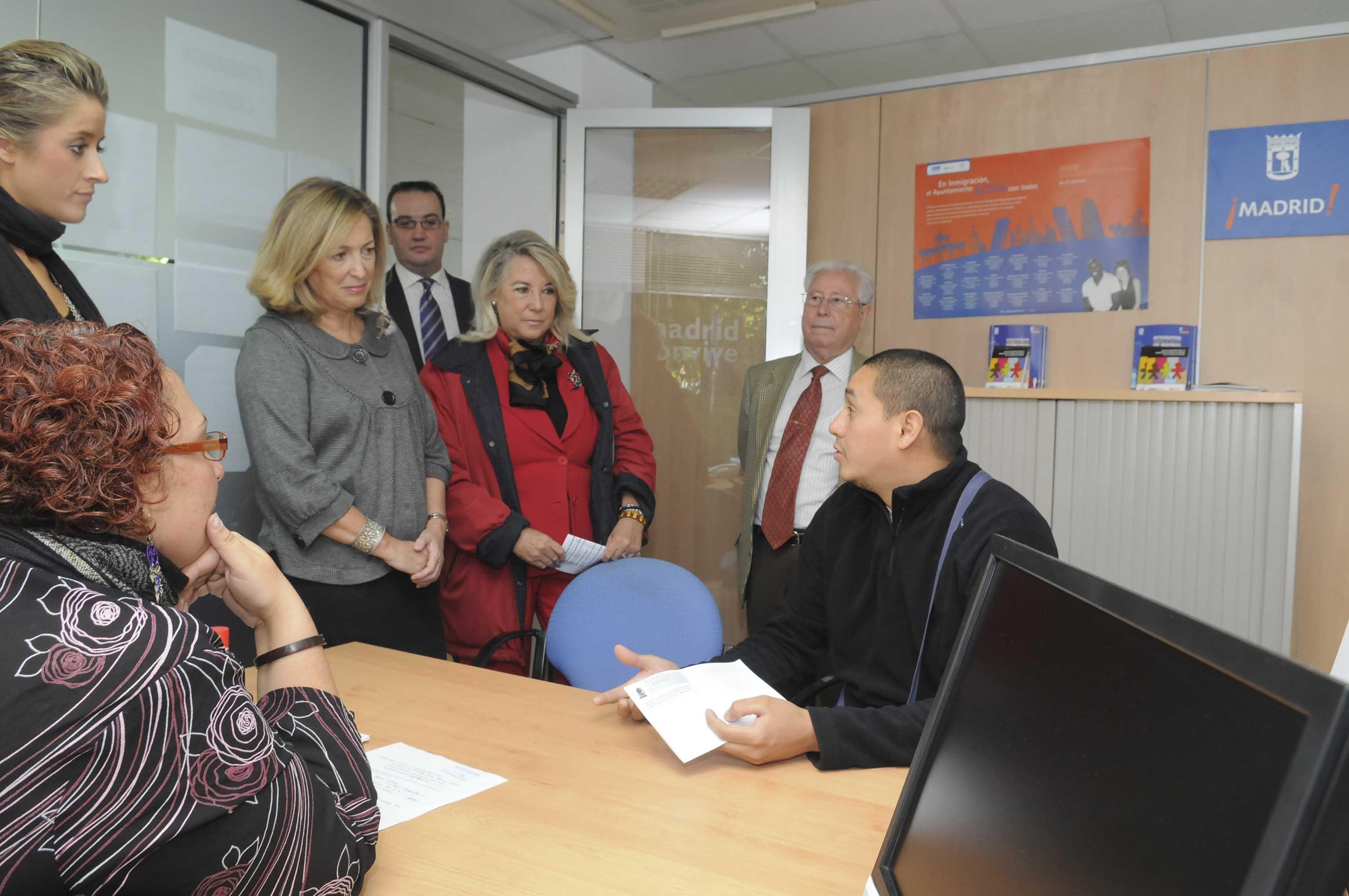 Latina abre una oficina para inmigrantes ayuntamiento de for Oficinas caja laboral madrid
