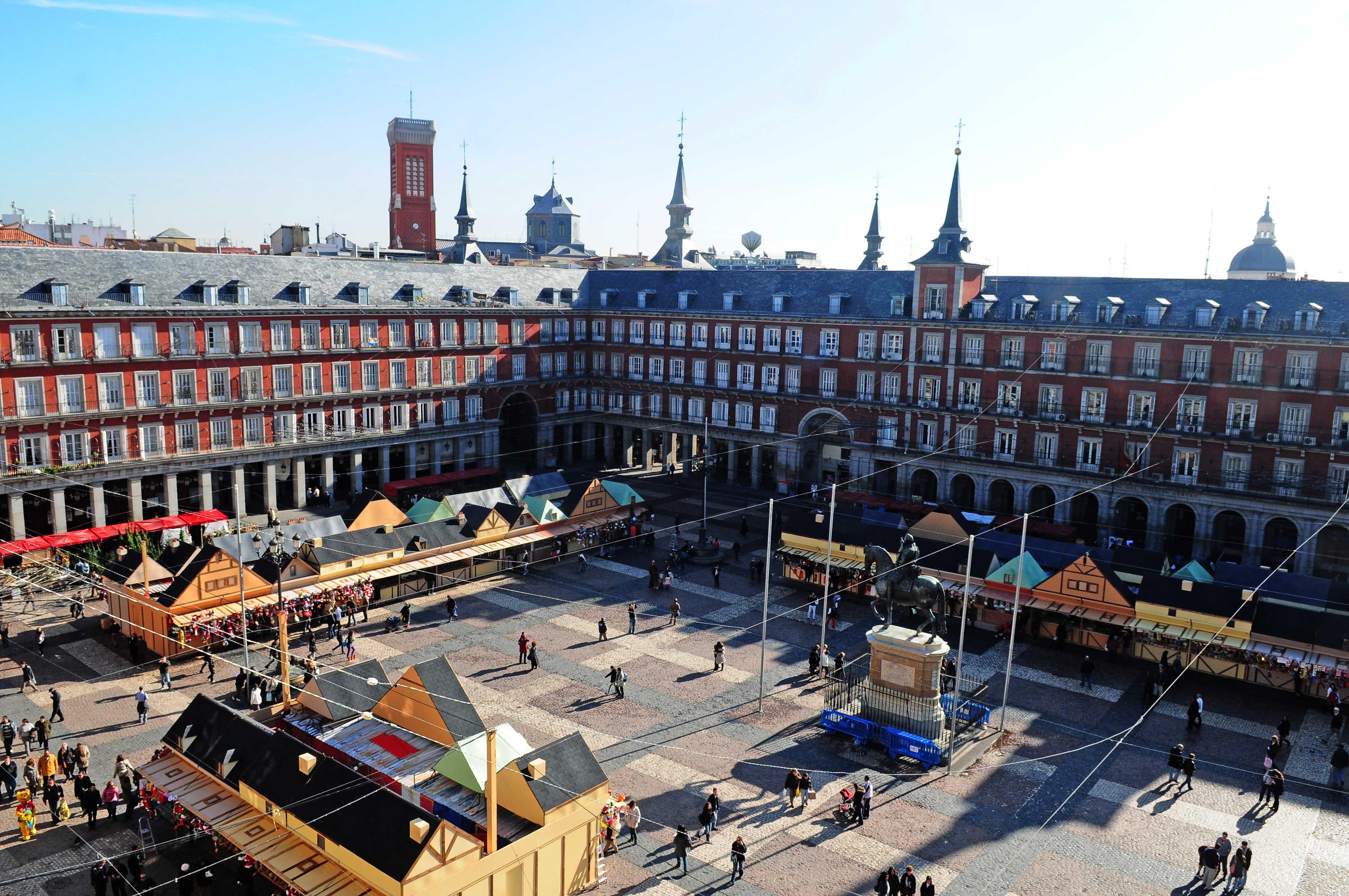 El regalo de pasear por la plaza mayor ayuntamiento de - Mercado de navidad madrid ...