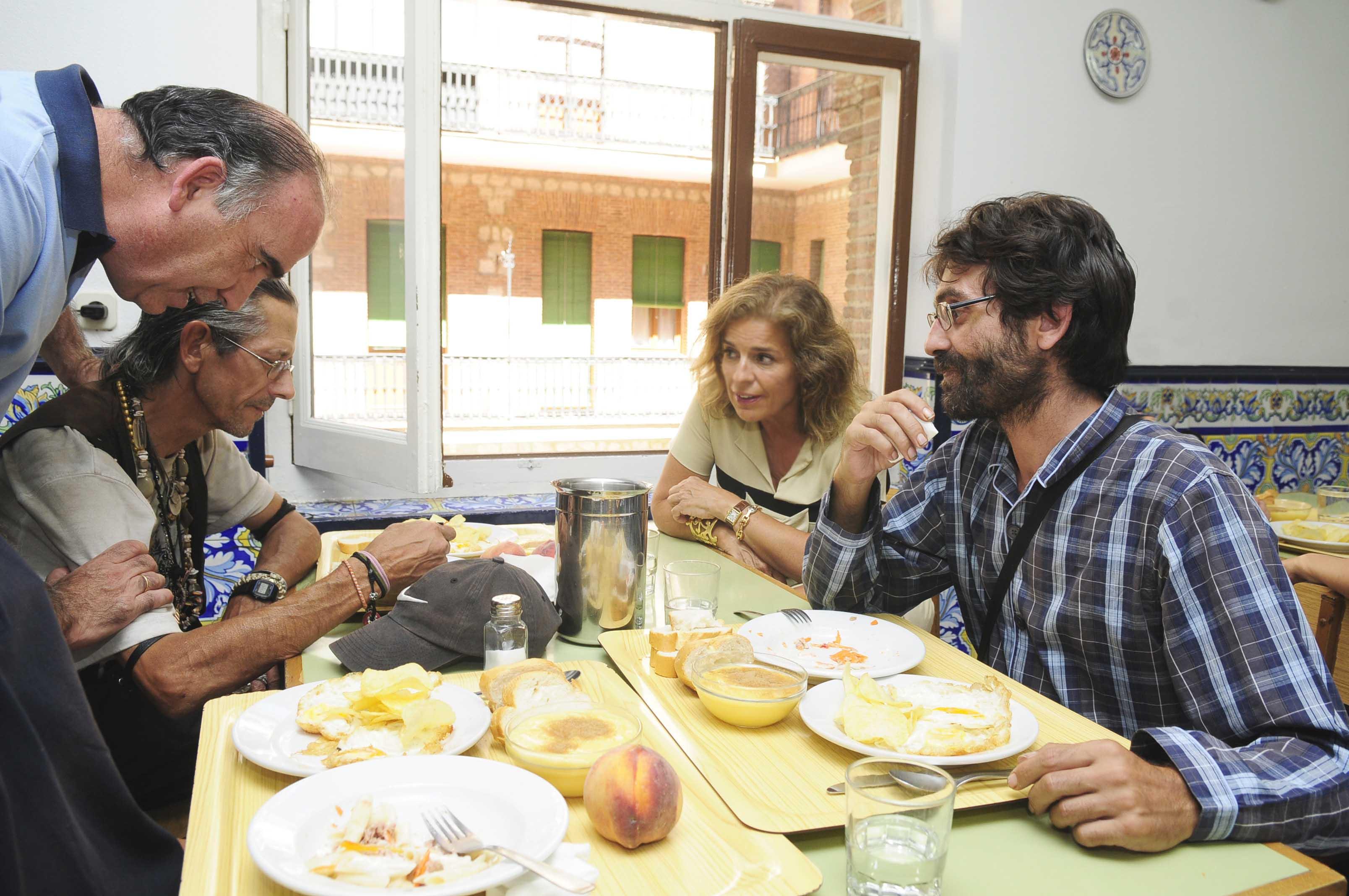 Botella visita el comedor social y centro de Día Luz Casanova ...