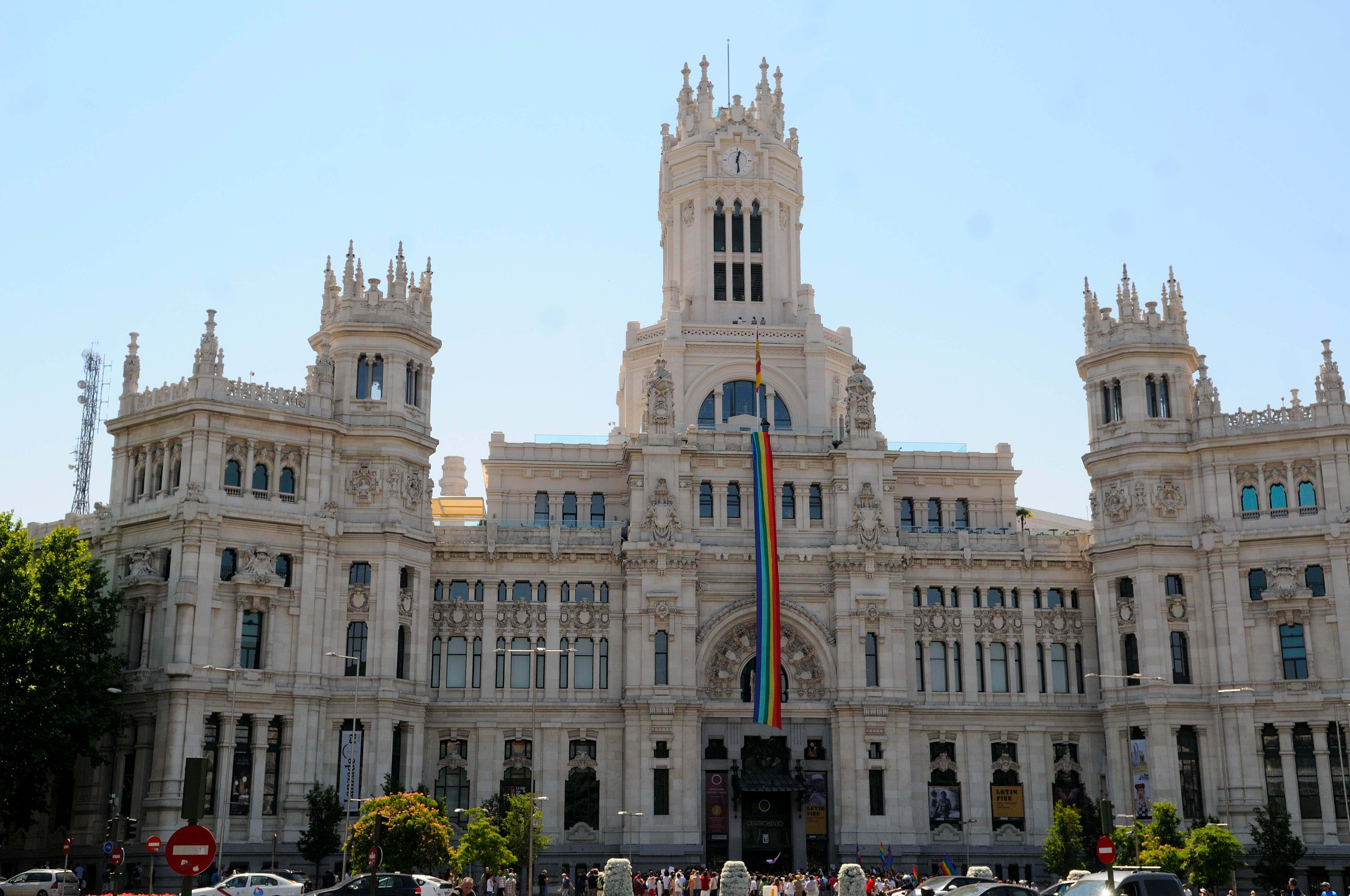 Una bandera arco ris desplegada en la fachada de cibeles - Casarse ayuntamiento madrid ...
