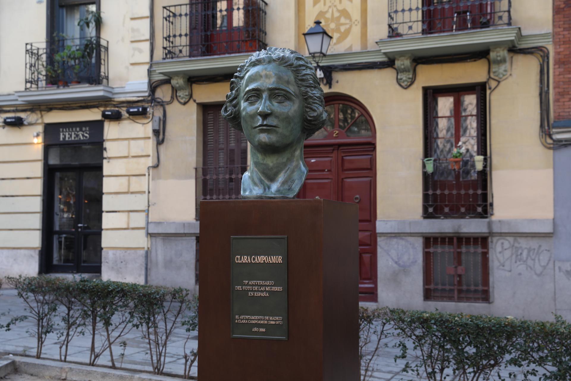 67eaedda8 El busto de Clara Campoamor regresa a la plaza de los Guardias de Corps