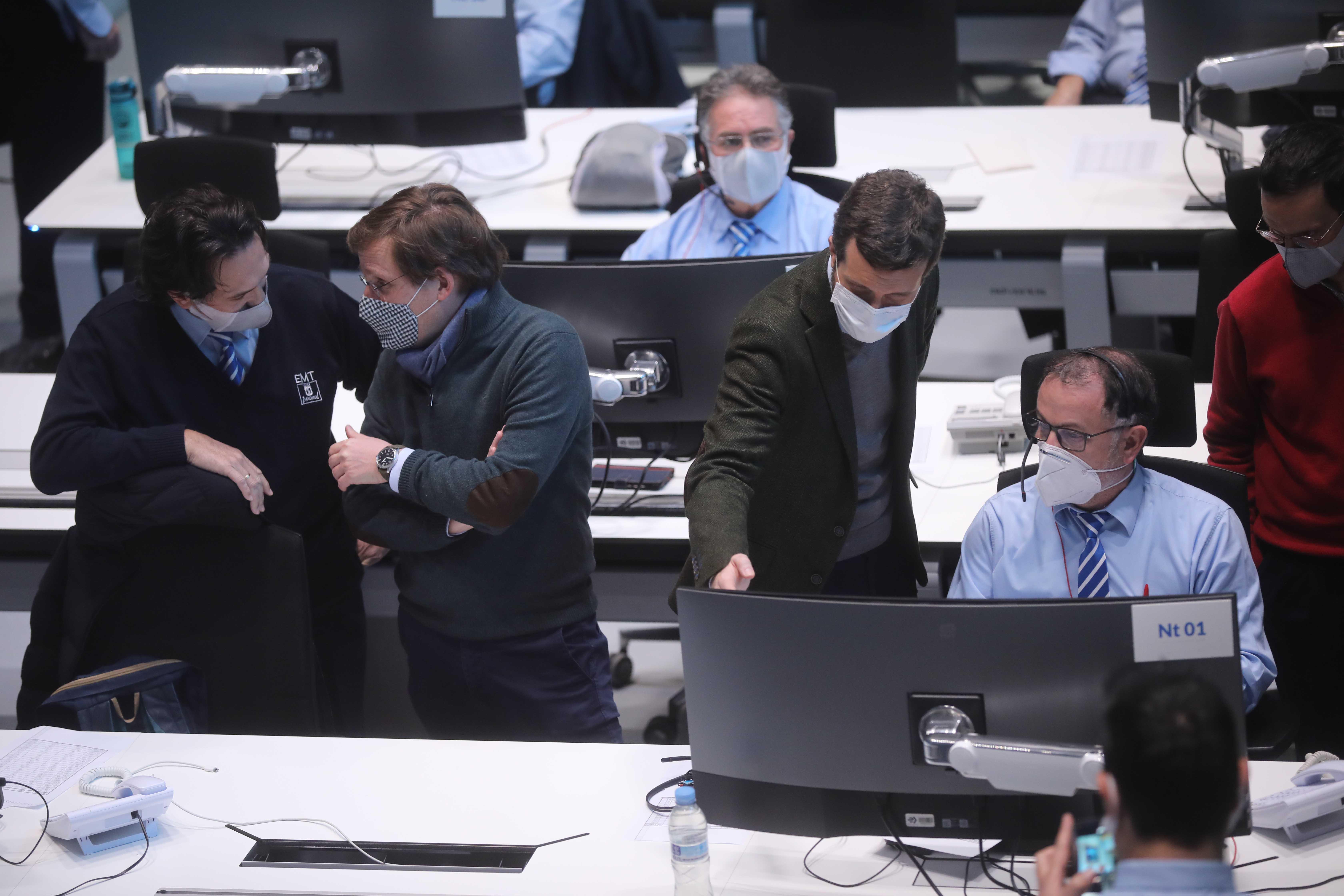José Luis Martínez-Almeida, Borja Carabante y Pablo Casado en su visita al Centro de Control de la Empresa